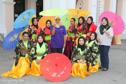 The Mayor of the City of George Town with the performers from Seberang Perai Council.