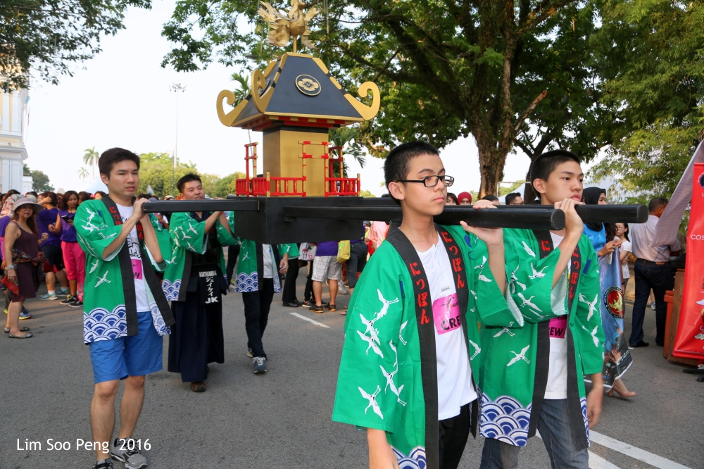 The palaquin leading the Yosakoi Parade 2016 with the young carriers in green kimono.