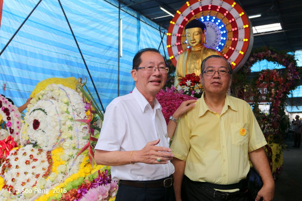 The Charity Activities Committee Chairman Lim Kim Chuan and the Procession Committee Chairman Lim Soo Peng from the 2016 Wesak Celebrations Committee.