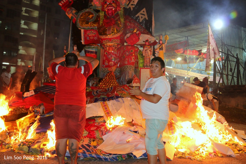 """Burning of the Tai Soo Yah Image tonight - Wednesday, 17 August, 2016. """" The bottom layer of Joss Paper is litted by the devotees """""""