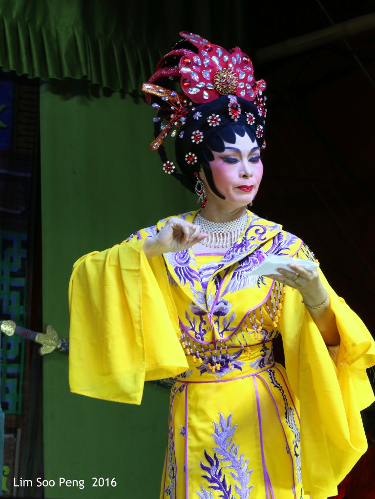 """Teochew Opera - The Murder Plot of the Emperor Part 1. """" A Murder Plot was hatched to poison the Emperor. The Concubine was to put the poison into Wine Jug. Has she got the courage to do so? She had a packet of deadly poison in her hand. """""""
