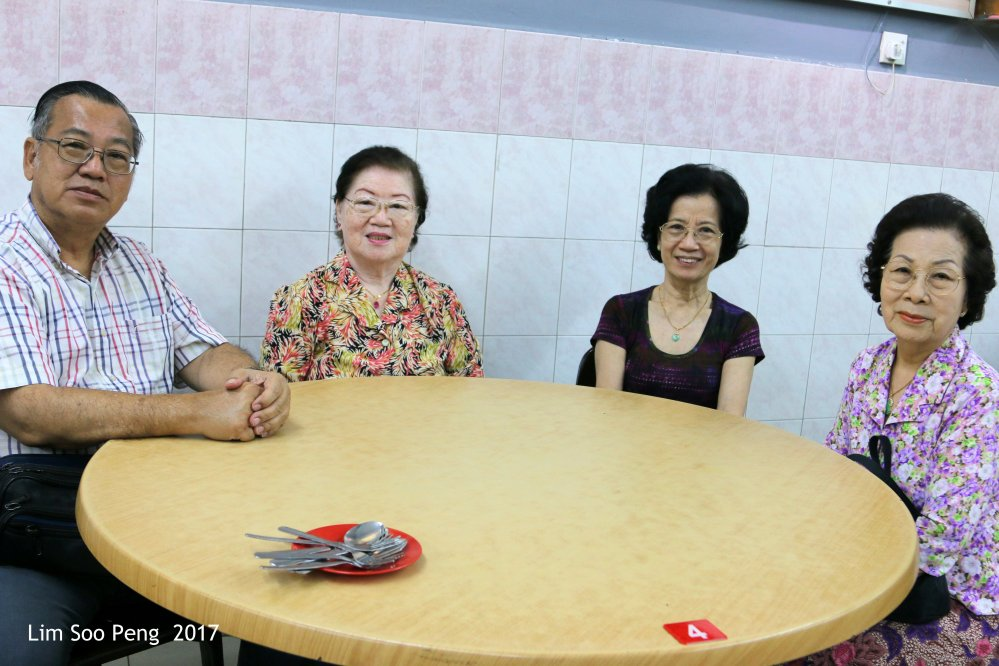 We enjoyed a seafood dinner at Ah Chooi Seafood Restaurant, Paya Terubong, Ayer Itam, Penang with my mother, my youngest aunty from Singapore and my third aunty who has just returned from Elvis Presley's Memphis, Tennessee, U.S.A..