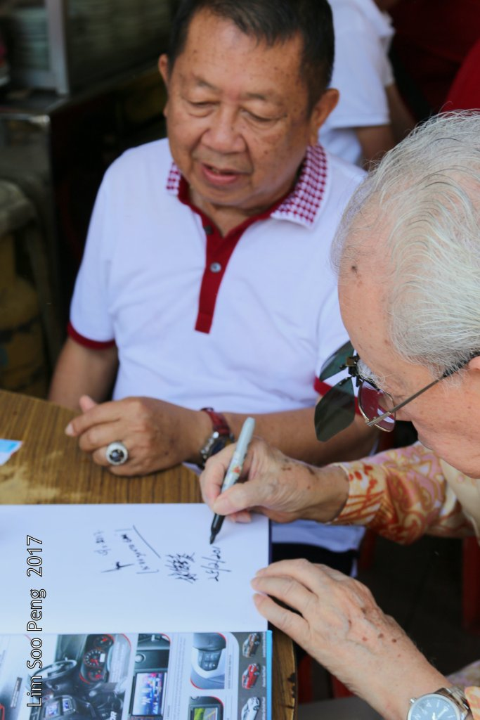 Hok Tek Tong Visit to Poh Hock Seah on Saturday, 25.02.2017 ~ Part 3. President Dato Lim Chooi Beng autographed my personal copy of the HTT book.